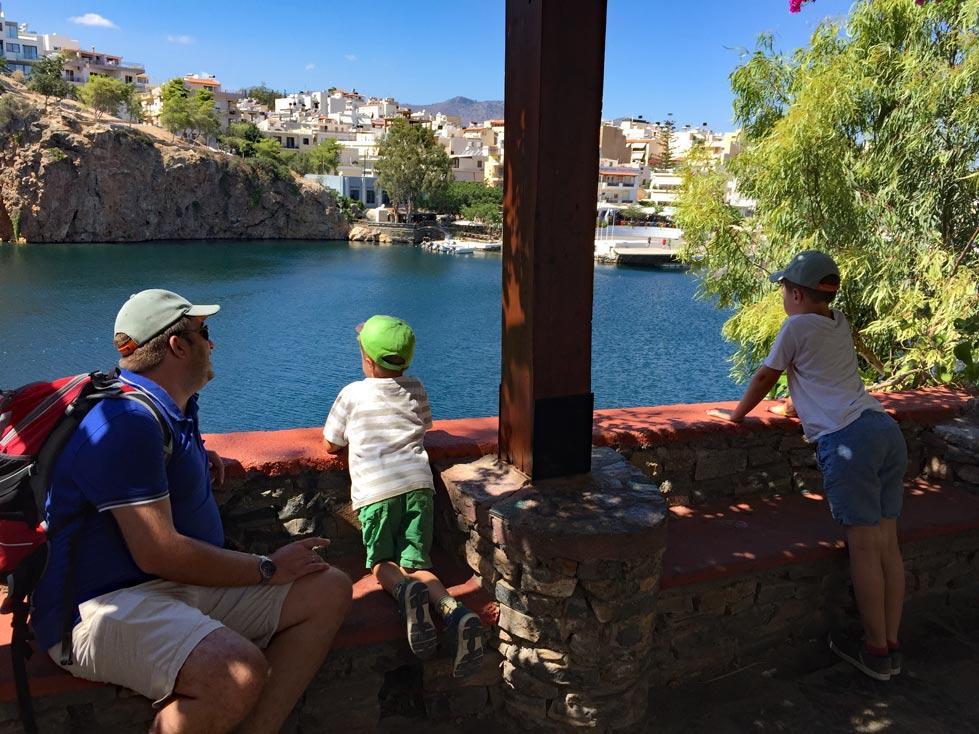 Agios-Nikolaos-mit-Kindern