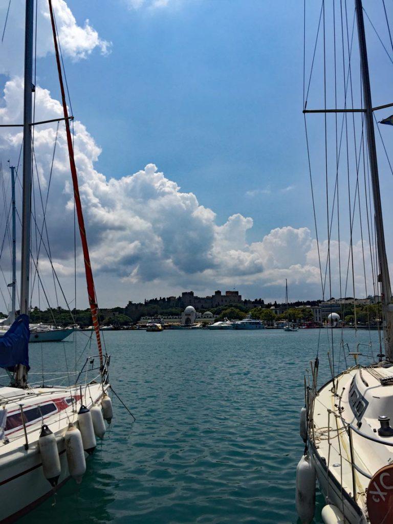 Hafen-Rhodos-Blick-auf-die-Festung-Rhodos-Stadt