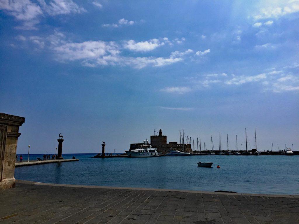 Rhodos-Stadt-Mandraki-Hafen-Parken