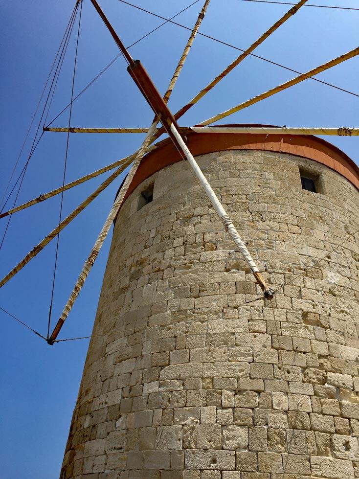 Windmühlen-Rhodos-Hafen-mit-Kindern