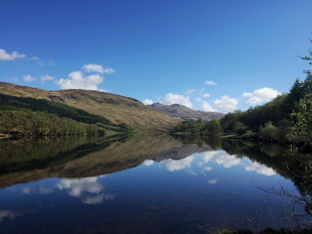 Loch in Schottland Strandfamilie