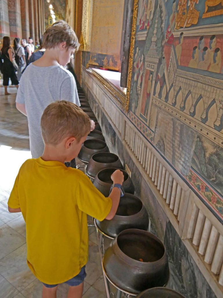 wat-pho-108-bronzeschalen-bangkok-mit-kindern
