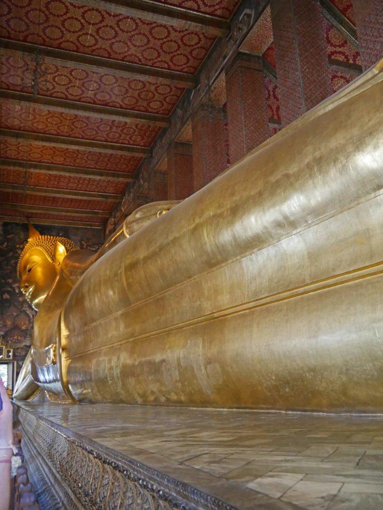 wat-pho-liegender-buddha-bangkok-mit-kindern