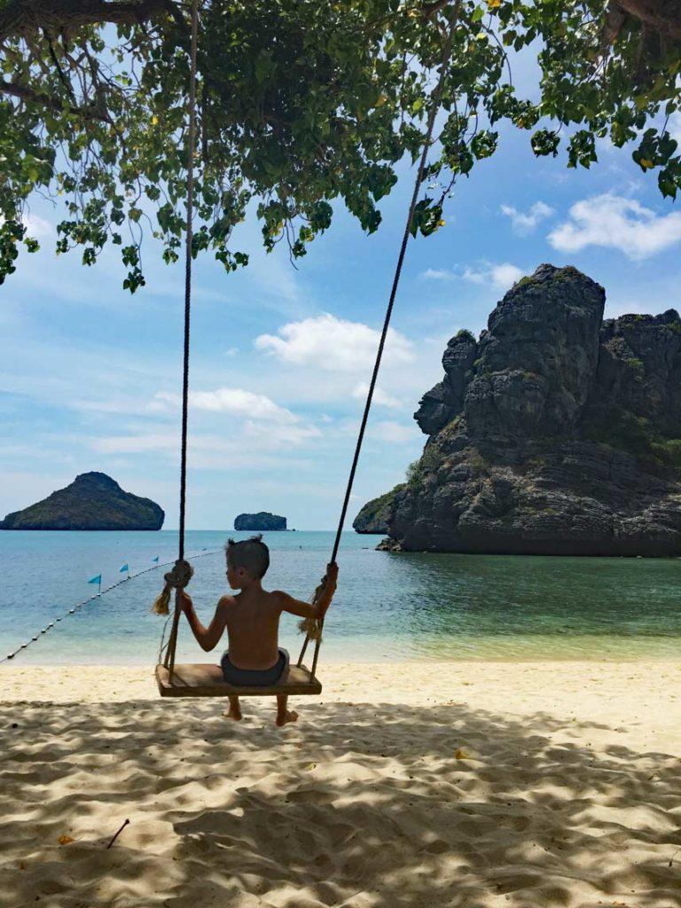 schaukeln_am_strand_thailand_mit_kindern