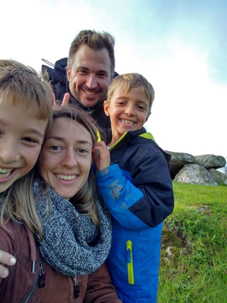 strandfamilie-grabhuegel-mon-mit-kindern