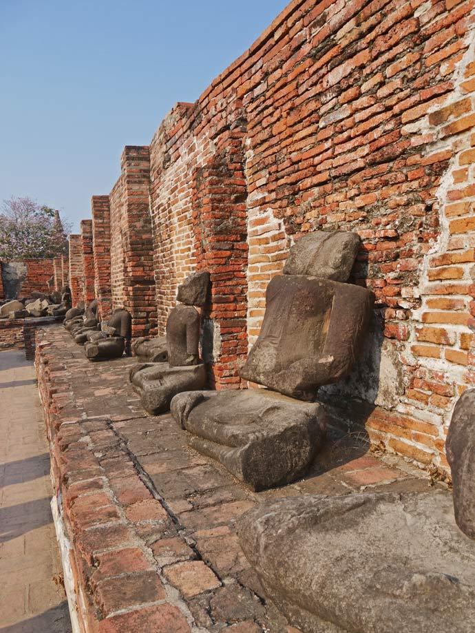 enthauptete-buddha-statuen-ayutthaya-mit-kindern