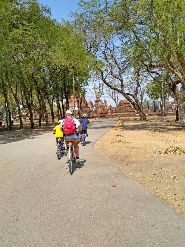 fahrrad fahren geschichtspark sukhothai mit kindern