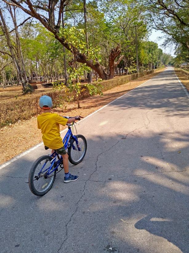 fahrrad-fahren-sukhothai-mit-kindern