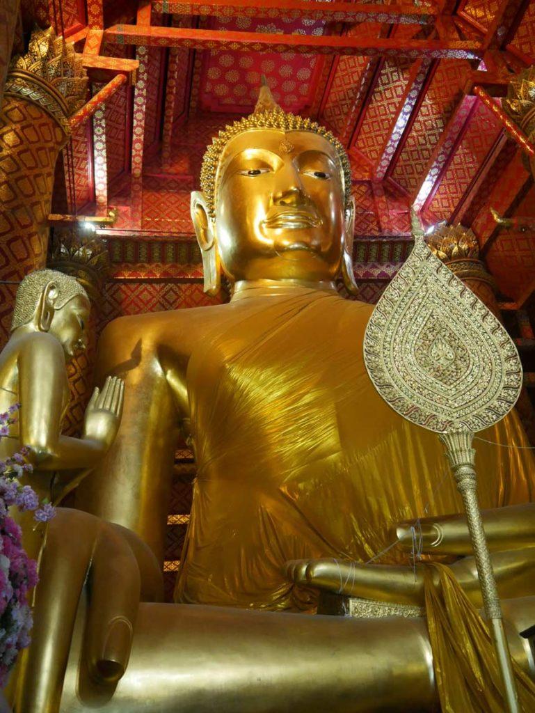 großer-goldener-buddha-ayutthaya-mit-kindern