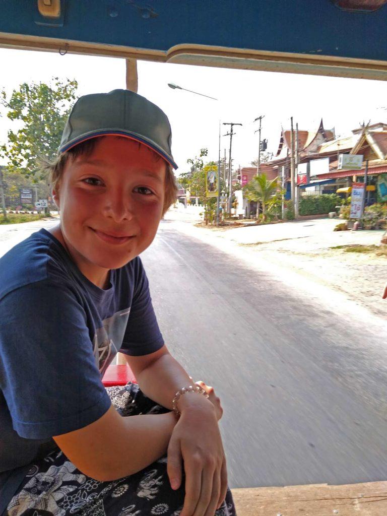 rotes-sammeltaxi-thailand-mit-kindern