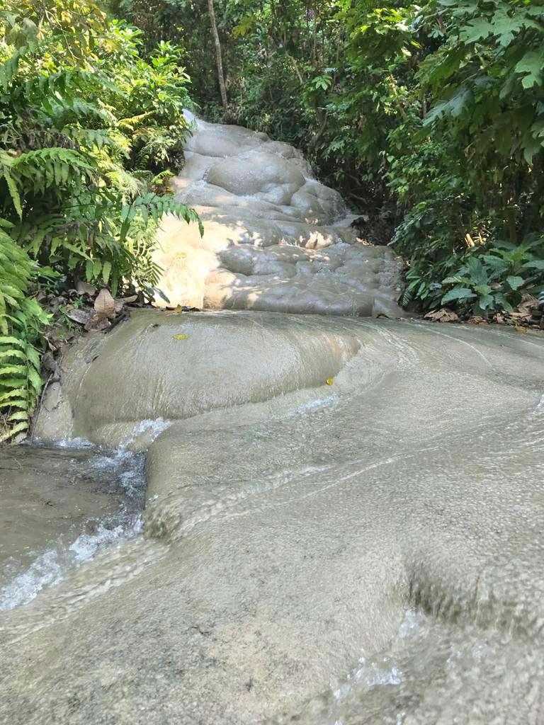 sticky-waterfall-chiang-mai-mit-kindern