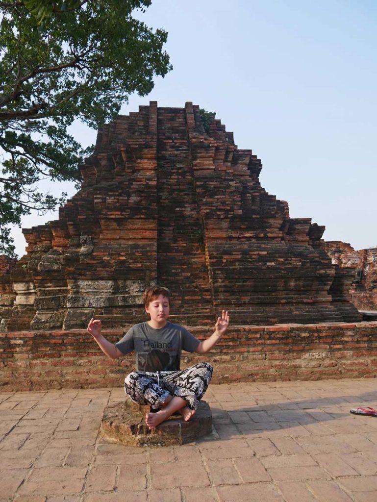 thailand ayutthaya wat mahathat mit kindern