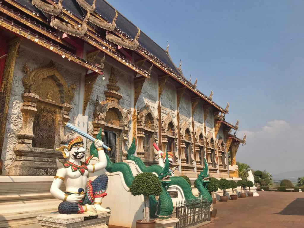 wat-banden-tempelanlage-nordthailand-chiang-mai-mit-kindern