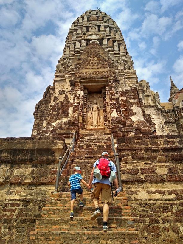 weltreise-route-wat-ratchaburana-thailand-ayutthaya-mit-kind