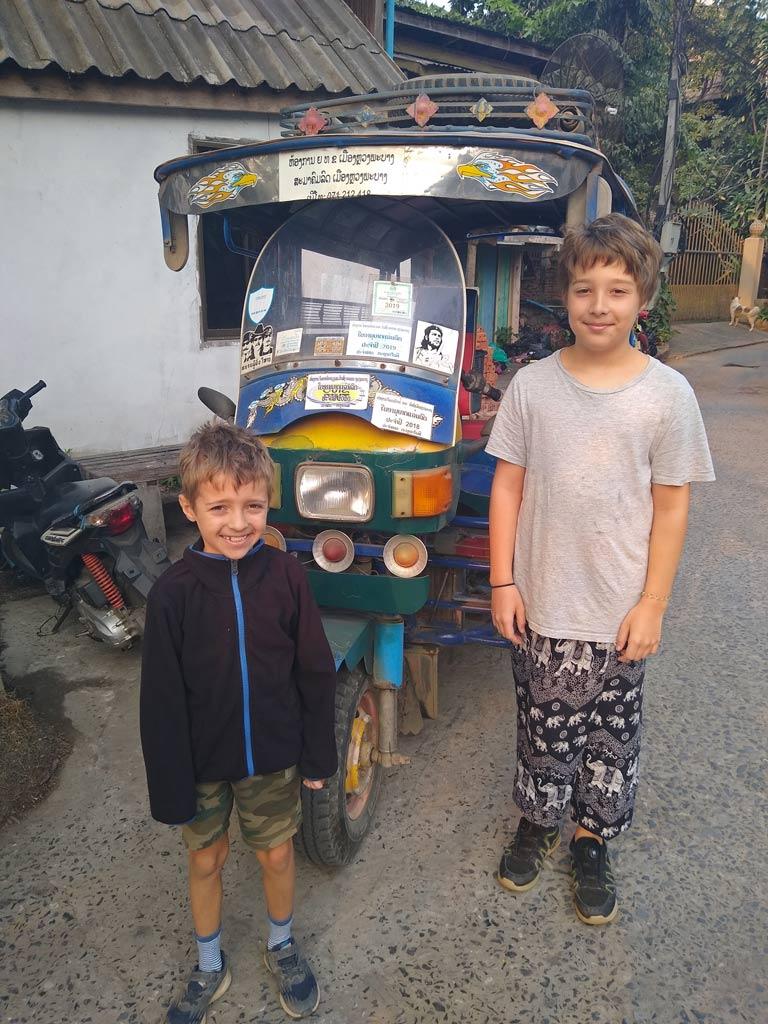 fortbewegung-tuktuk-luang-prabang-mit-kindern