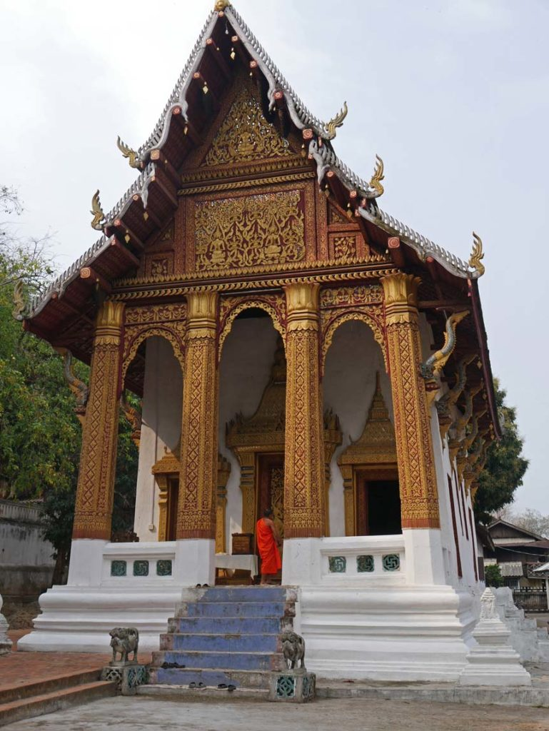 tempel-buddhismus-moenche-luang-prabang-mit-kindern