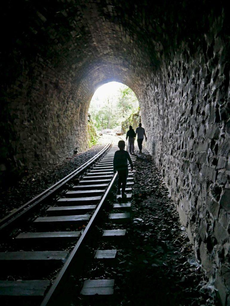 lost-place-stillgelegter-eisenbahntunnel-thueringer-schiefergebirge-mit-kindern