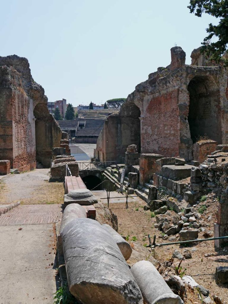 amphitheater-pozzouli-phlegraeische-felder-neapel-mit-kindern