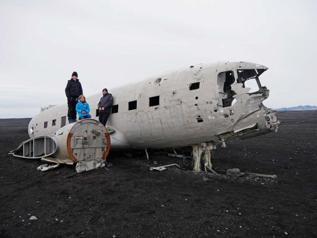 solheimasandur-plane-wreck-sued-island-mit-kindern