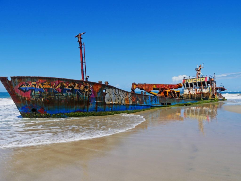 schiffswrack-karibikkueste-costa-rica-mit-kind