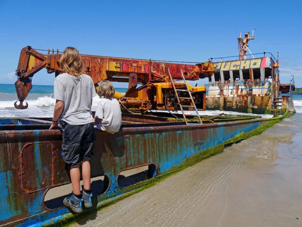schiffswrack manzanillo karibikkueste costa rica mit kind